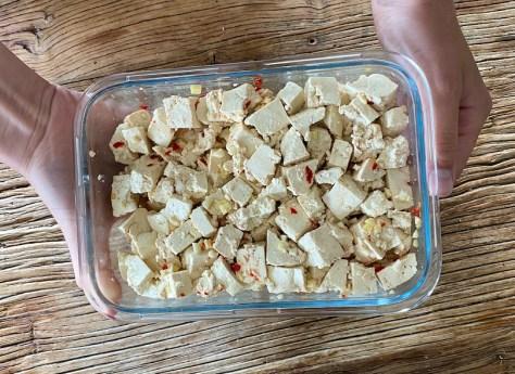kylmää marinadissa olevaa tofua