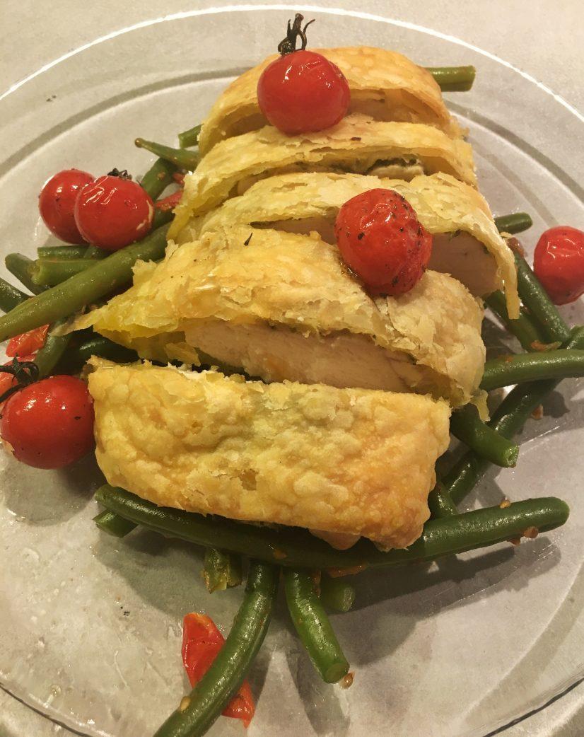 Kip in bladerdeeg met pesto, boontjes en Rivolo tomaatjes.