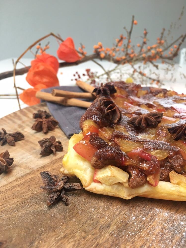 Tarte tartin van appel met pepernoten en bladerdeeg.