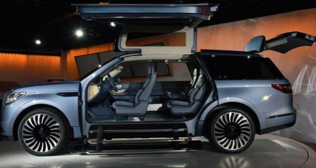 2019 Lincoln Navigator side