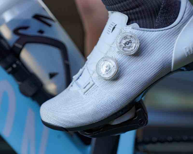 oefenen met klikpedalen in-en uitklikken beginnende fietsers wielrennen