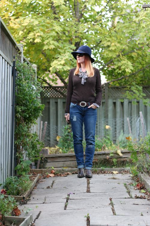 Sweater jeans fedora and boots