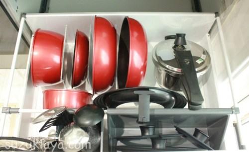 無印のアクリル仕切りスタンドでフライパンと鍋を立てる収納に