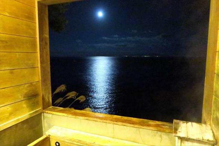 露天風呂から見る月