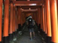 A Pegasus:Backpack a Fushimi szentélyben lévő több ezer torii oszlop szkennelése és fényképezése közben