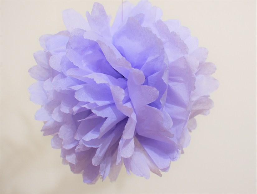 fialový pompom z papírových ubrousků