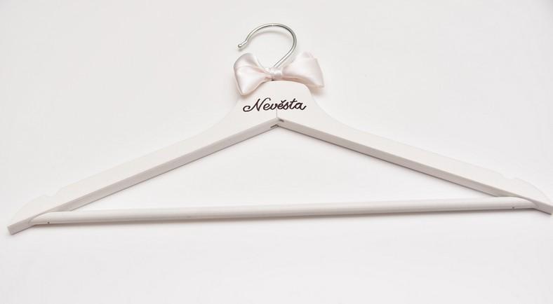Bílé svatební ramínko s nápisem Nevěsta a bílou mašlí