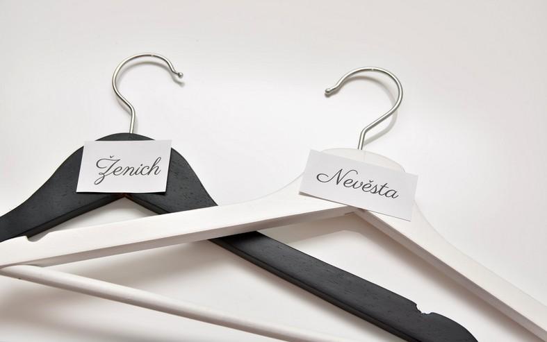 ramínka na šaty bílé a černé s papírky s textem Ženich a Nevěsta