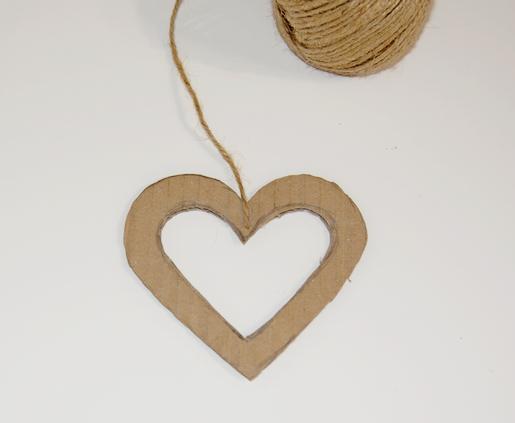 vystřižený karton ve tvaru srdce s přilepeným jutovým provázkem lepící páskou