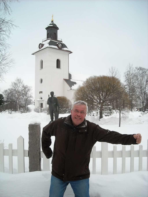 """Exempel på """"power-walk"""" (kraftpromenad). Bengt Erik """"Duvan"""" Holm på väg mot ännu en brorunda. Spänstig, rytmisk och teknisk i sin framfart. Flitig motionär när han inte sköter postleveranserna i Svegbygden. I topp på damsidan har vi Anita Ohlsson och Astrid Högström som i arla vintermorgon i vintermörkret, faktiskt varje dag året runt, gör sin runda med start klockan 06.15. Foto: Mats Haldosén"""