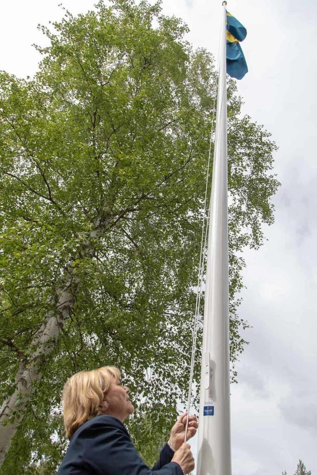 Beatrice Ask hälsade välkommen med ett litet tal och det var även hon som hissade flaggan medan alla tillsammans sjöng nationalsången. Foto: Morgan Grip