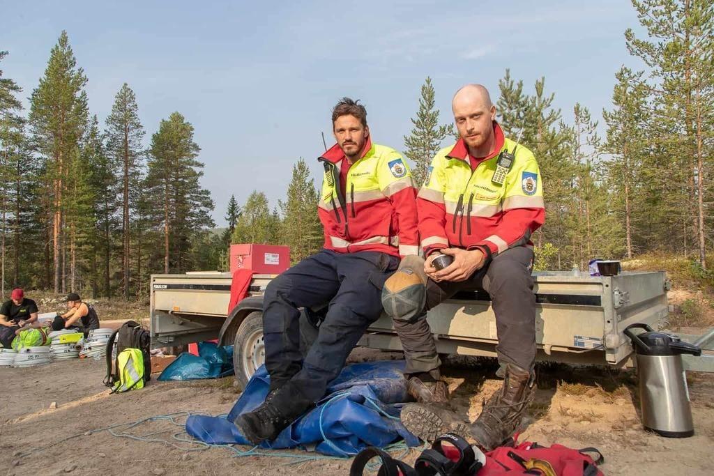 I lördagsmorse träffade vi fjällräddarna Andreas Engström och Erik Hansson från Åre ute i skogen vid Storbrättan utanför Lillhärdal. Foto: Morgan Grip