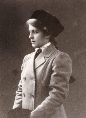Fröken Lilly Crantz från 1914 med härlig varm muff om armarna och i övrigt vacker klädsel. Foto: privat