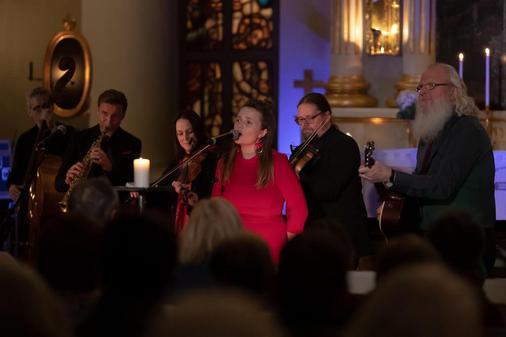 """Ellen Sundberg framförde bland andra Chris Reas julklassiker """"Driving home for christmas"""". Foto: Morgan Grip"""