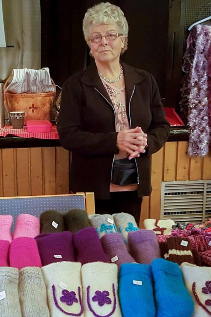 Alva Bylund sålde vantar, tofflor och hemslöjd. Foto: Doris Eliasson