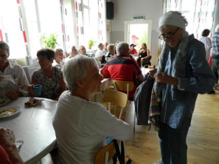 """Närmare hundra personer väntade spänt på släppet av """"Byn på berget"""". Foto: Lennart Svensson"""