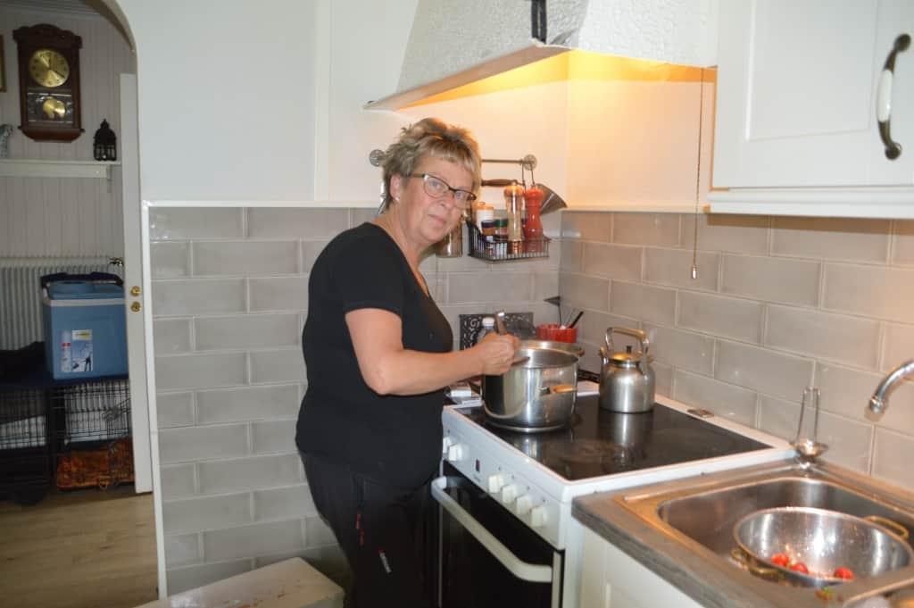 Det är här vid spisen bland grytor och kastruller som man bäst hittar Laila Westling. Foto: Leif Eriksson