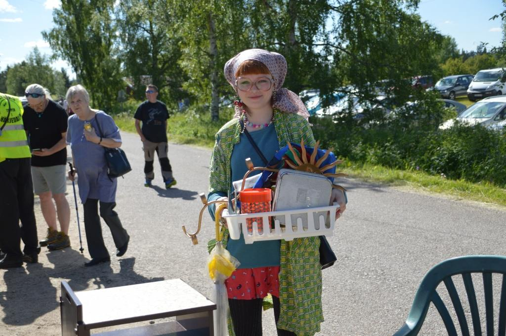 Stockholmstjejen Norma Stark var jättenöjd med det köp hon gjorde för 50 kronor på loppis i Överberg. Foto: Leif Eriksson