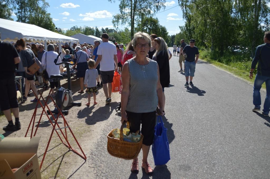 Laila Westling hade handlat för hundra kronor. -Dagens klipp, menade hon. Foto: Leif Eriksson