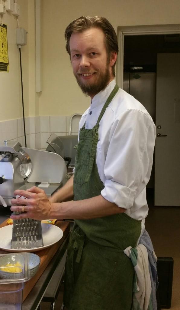 Peter Dahlbäck från Vemdalens Catering serverade trerättersmiddag. Foto: Privat