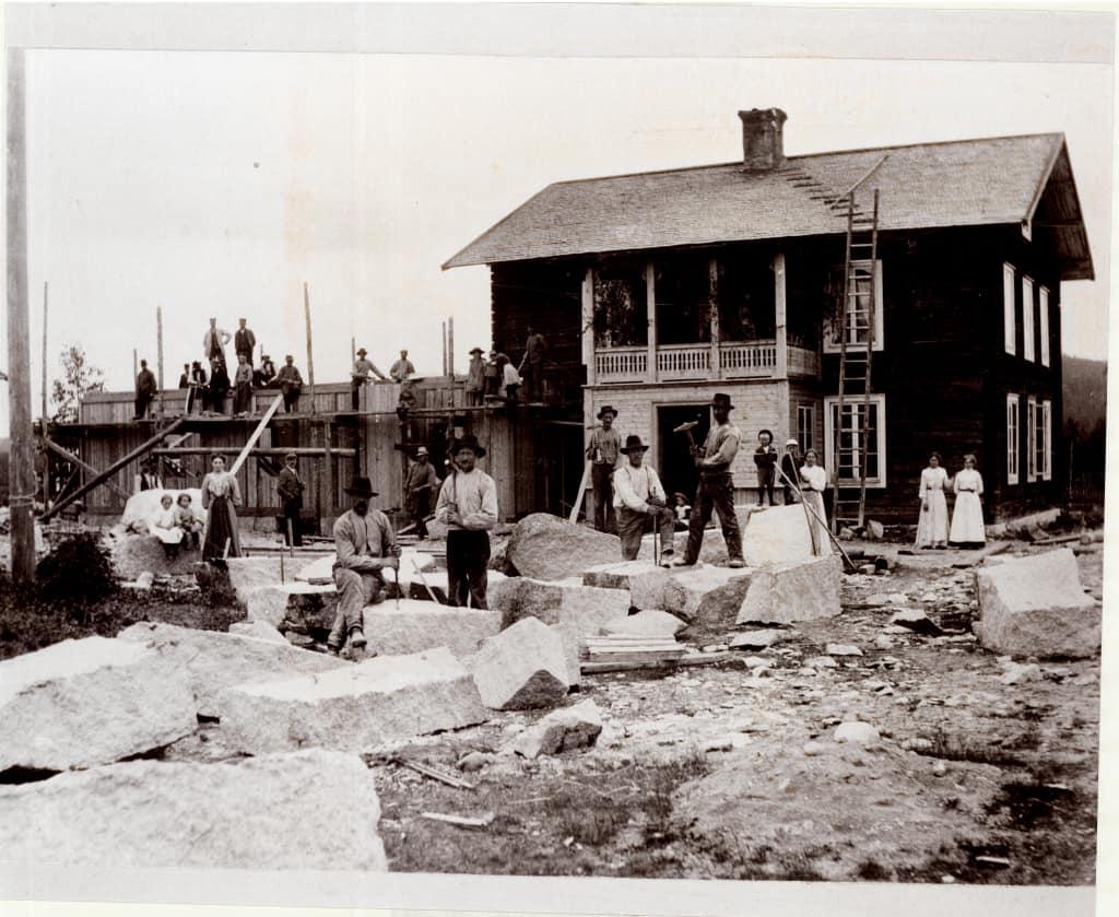 """Tillbyggnaden av apoteket stod klar 1906 efter idogt arbete av stenhuggare och snickare samt kvinnor som ställde upp som """"brukarslängor"""", dvs hjälpte till med att vara hantlangare och servera mat till jobbarna. Fotot visar Apotekets baksida, sett från Kyrkogatan, och del av Fläcksberget som skymtar till höger i bakgrunden. Foto: privat"""