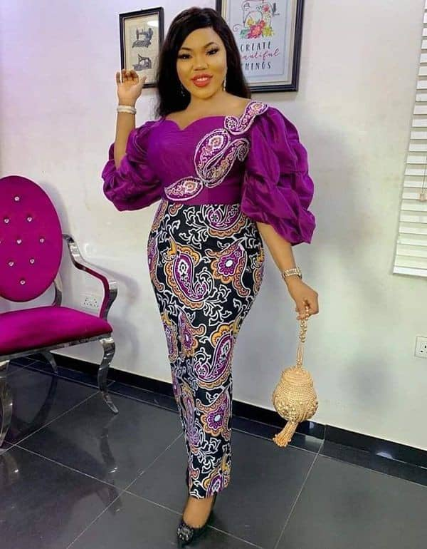 lady in aso ebi ready to attend an owambe event