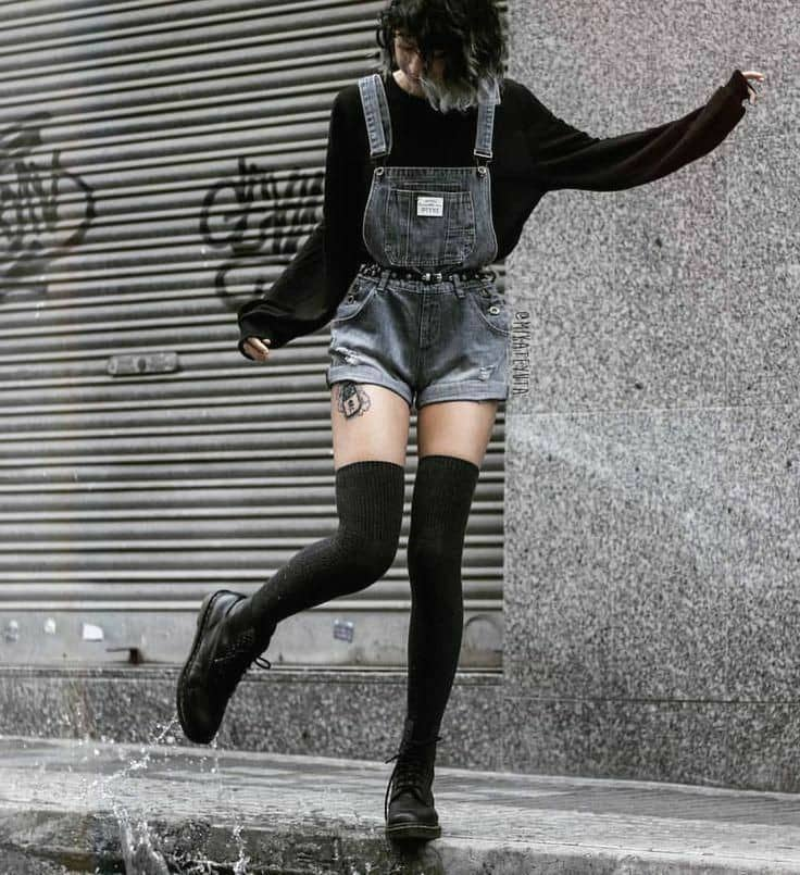 lady wearing short dungaree with belt