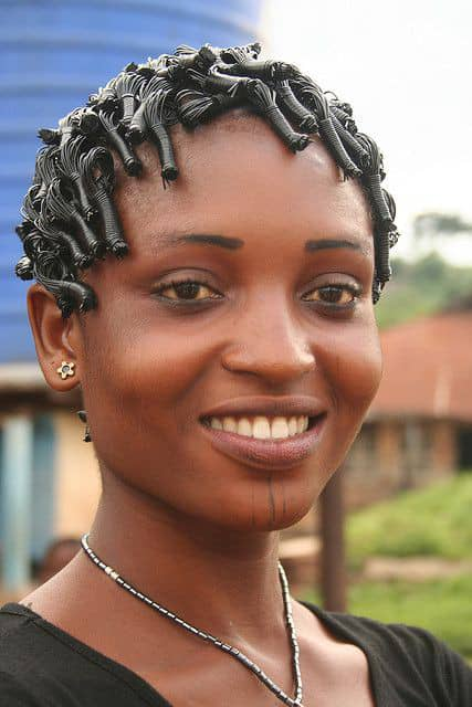 smiling ladyy wearing rubber thread on her hair