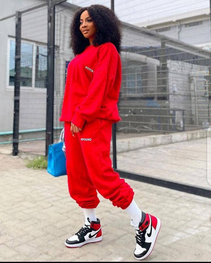 lady wearing street outfit with sneakers
