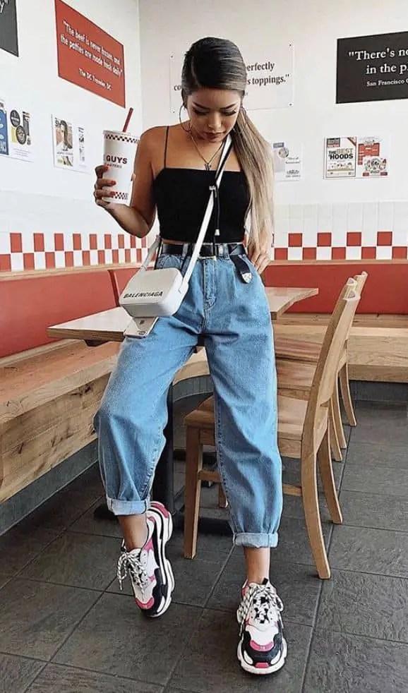 lady wearing boyfriend jeans with sneakers