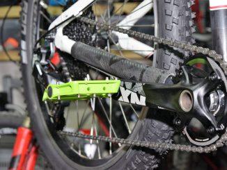 Blick auf die Sram NX Kurbel mit grünem RfR Pedal