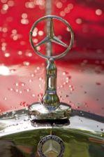 Stern und Kühlerdeckel eines roten Mercedes Oldtimers
