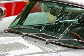 Silberner Jaguar E-Type - Windchutzscheibe mit drei Scheibenwischern