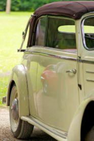 Cremeweisses Cabriolet mit Weisswandreifen - Oldtimer