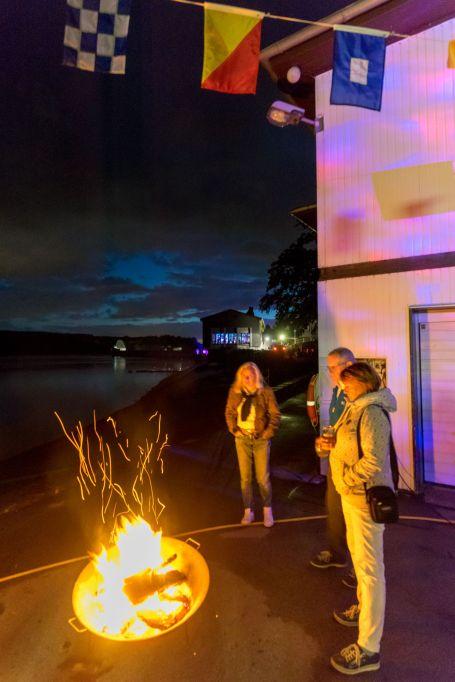 Kranbereich des YCM am Möhneee bei Nacht mit Feuerschale