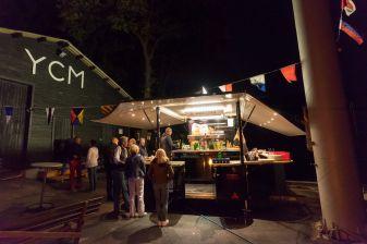 Kranbereich des YCM am Möhneee bei Nacht mit Bierwagen