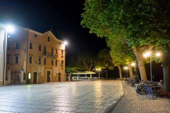 Rathaus von Garda am Gardasee bei Nacht im Oktober 2018