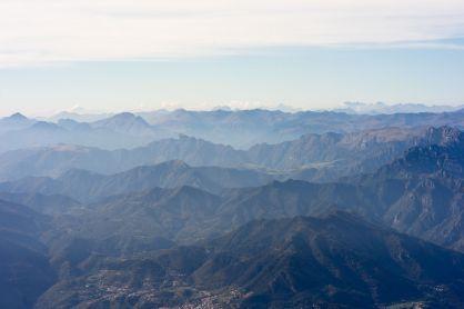 Blick auf die Berge westlich des Gardasees vom Gipfel des Rifugio Telegrafo Gaetano Barana des Monte Baldo Massivs im Oktober 2018