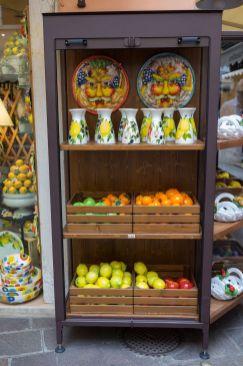 Obst aus Keramik in den Gassen von Garda am Gardasee im Oktober 2018