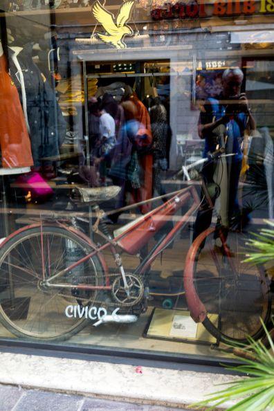 Vintage Mofa im Schaufenster in Garda am Gardasee im Oktober 2018