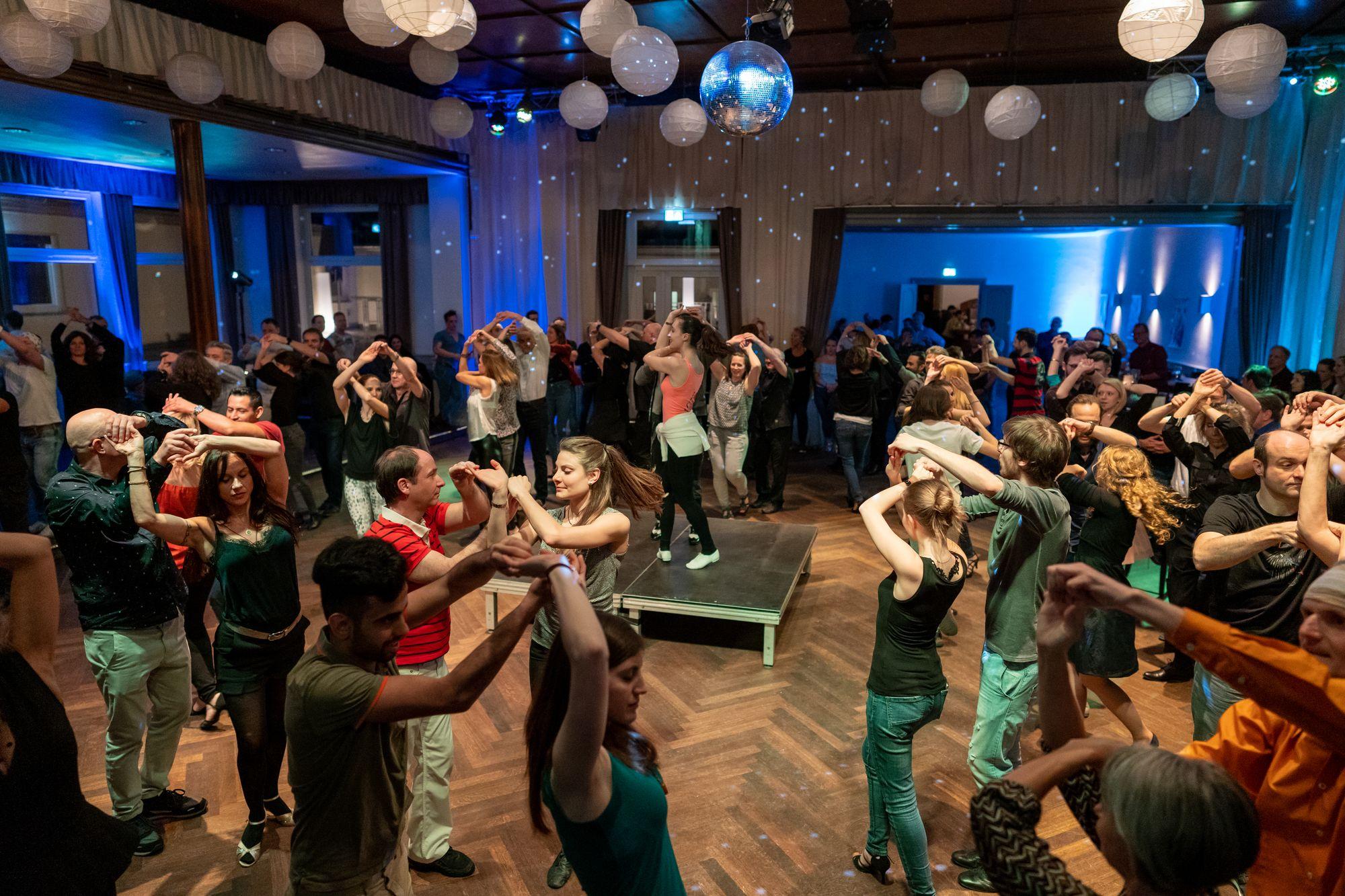 Salsa-Tanzunterricht von Oliver Chimbo und Julia Pöschel auf der Salsa Night in den Haas-Sälen Bamberg am 7. März 2020