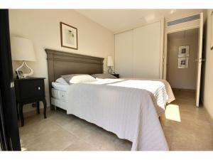 Vacker lägenhet med stor terrass till salu i Cannes Basse Californie svensk mäklare franska rivieran sovrum