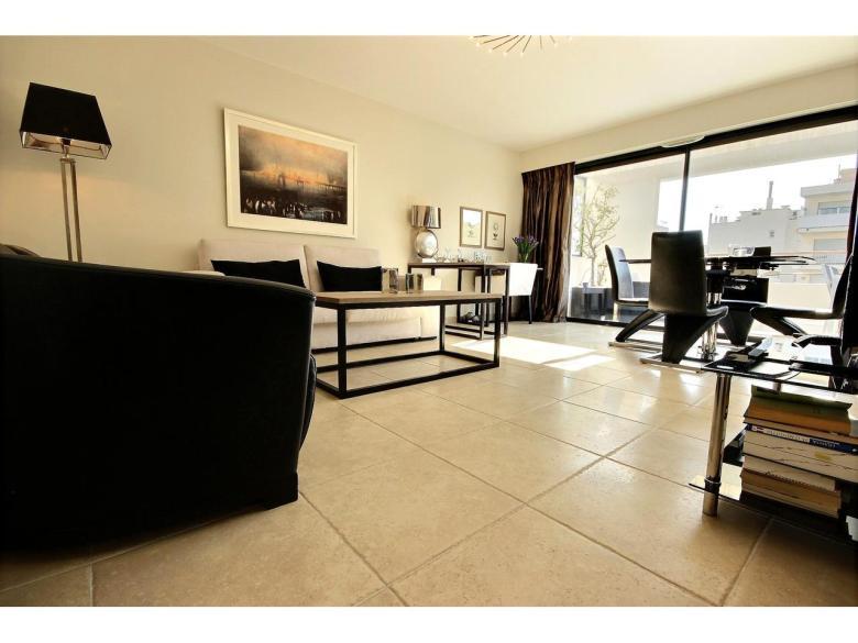 Vacker lägenhet med stor terrass till salu i Cannes Basse Californie svensk mäklare franska rivieran vardagsrum