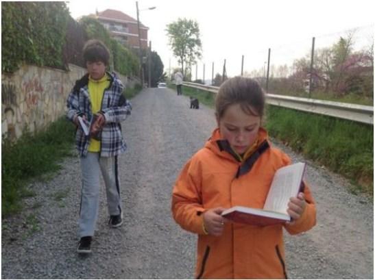 Foto: Vem sade att man inte kan gå och läsa samtidigt?!