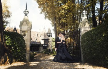 At the gate of Thorngrove Manor