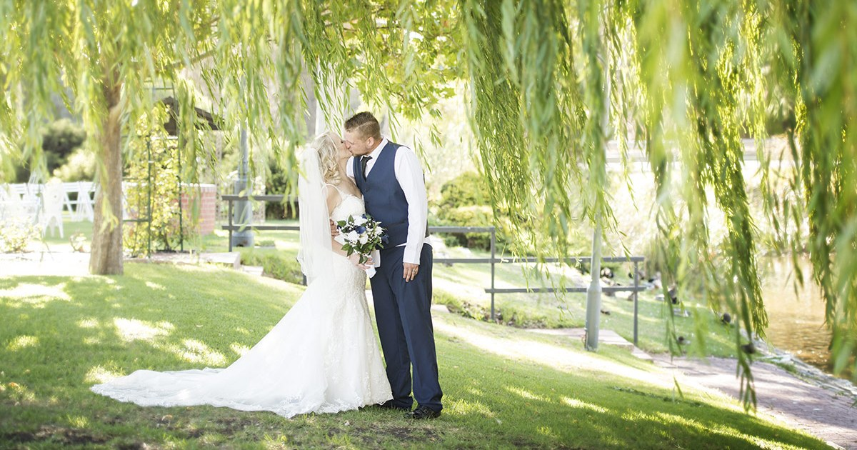 Kissing under the willow