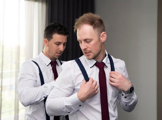 groomsman helping