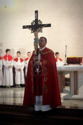 Veliki petak Župnik nosi križ k Isusovom grobu-1024