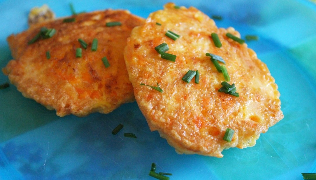Der einfachste und schnellste Baby-Burger: Karotten-Reibekuchen in unter 5 Min