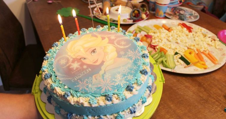 Elsa Geburtstag mit einer Schoko-Joghurt-Dattel Torte